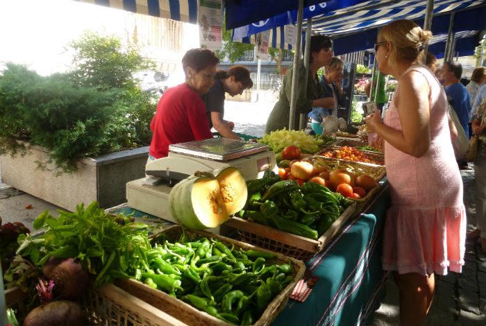 clientes en el mercado agrario transparente de Vitoria