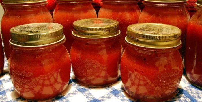 Botes de conserva de tomates