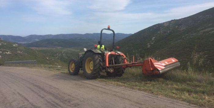 Tractor desbrozando un camino