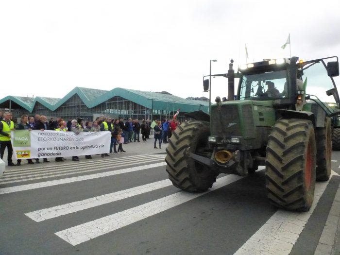 Pancarta y tractor frente a gobierno vasco