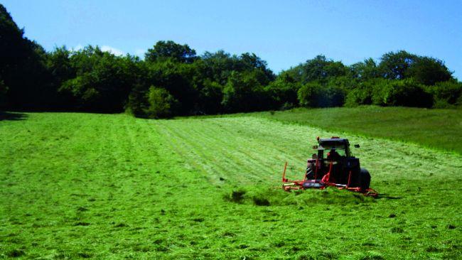 tractor recogiendo hierba