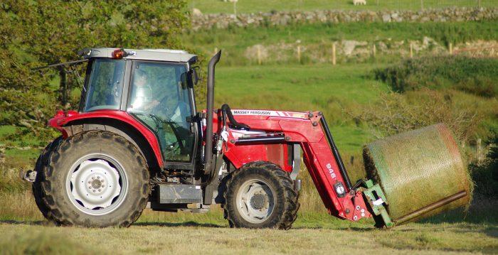 tractor con hierba