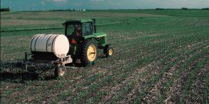 Tractor fertilizando