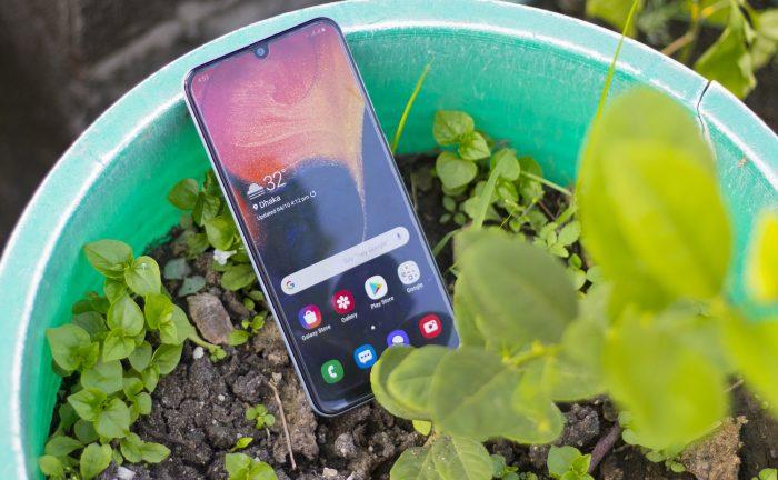 Teléfono móvil en una maceta