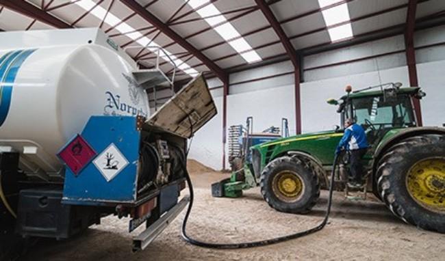 Echando gasoil al tractor